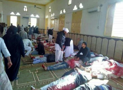 Des victimes de l'attentat meurtrier dans la mosquée al-Rawda en Egypte, le 24 novembre 2017 © STRINGER AFP