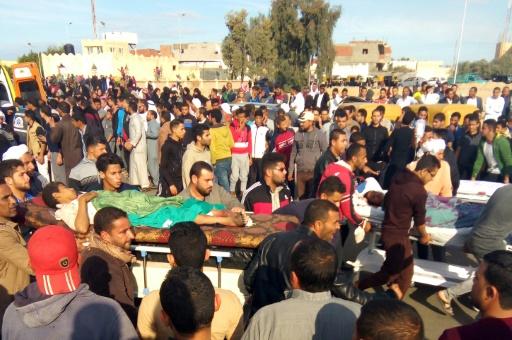 Des victimes de l'attaque contre une mosquée de l'est de l'Egypte transportées sur des brancards le 24 novembre 2017 © - AFP