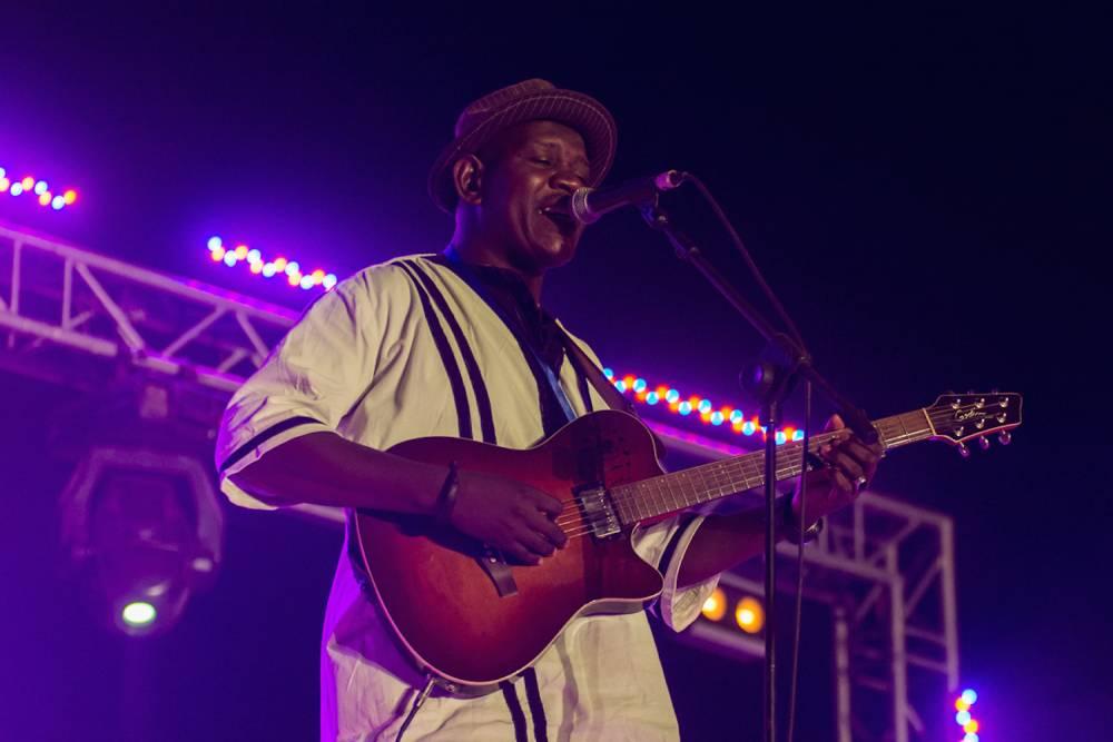Ali Farka Touré et ses musiciens sur scène. ©  Sarah Hickson
