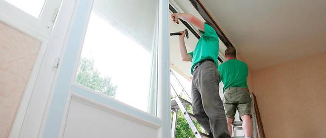 Des artisans posent des fenêtres en double vitrage. (Illustration)