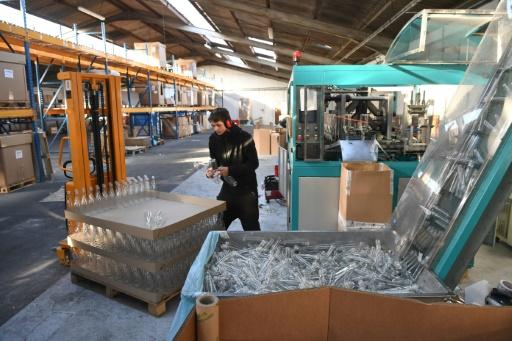 Un salarié dans la société Lyspackaging où sont fabriquées des bouteilles 100% végétales à partir de déchets, à Chaniers (sud-ouest), le 23 novembre 2017   © XAVIER LEOTY AFP