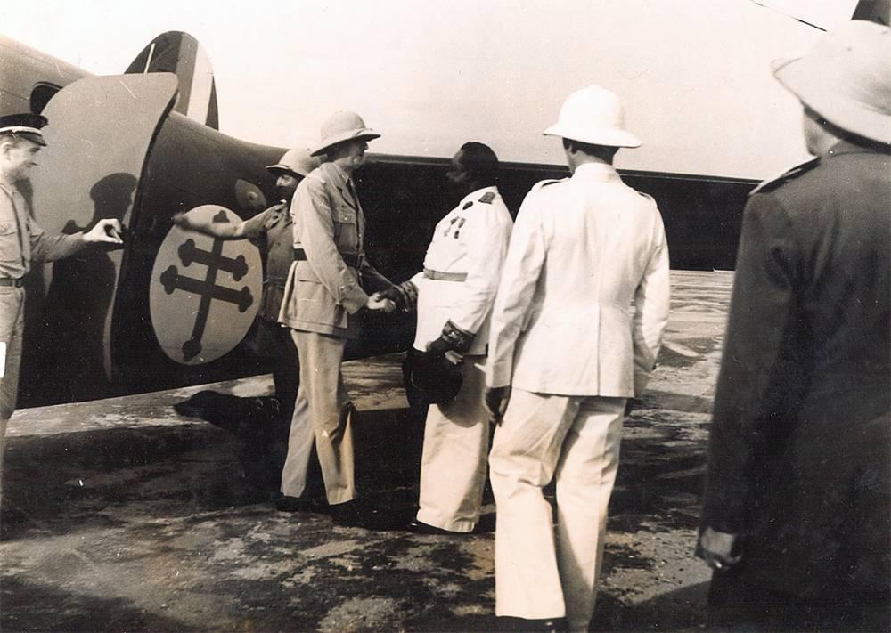 ,Janvier 1944 : Félix Eboué, gouverneur général de l'Afrique équatoriale française reçoit le général de Gaulle pour la Conférence de Brazzaville qui a aboli le code de l'indigénat et retenu la proposition de mettre en oeuvre une politique d'assimilation des colonies.  ©  DR