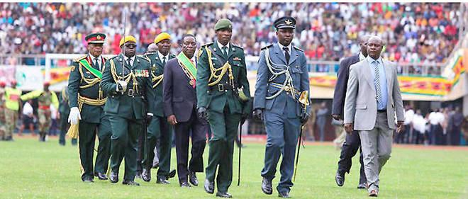 En 2018, Emmerson Mnangagwa (au centre, avec l'écharpe verte) est  intronisé président de la République du Zimbabwe au National Sports  Stadium de Harare, le 24novembre.