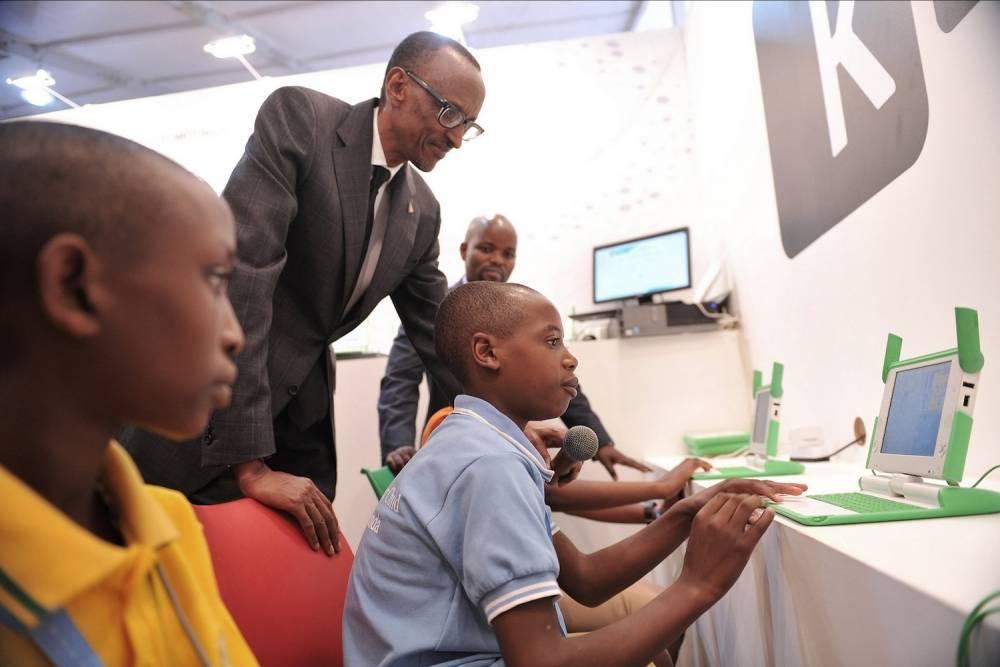 Le président rwandais Paul Kagame ici à Klab avec les plus jeunes.  ©  KLAB