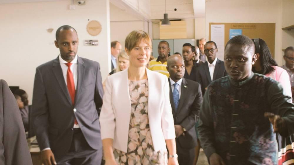 La présidente de l'Estonie Kersti Kaljulaid, en visite au Klab lors d'une visite officielle au Rwanda en 2017. ©  KLAB