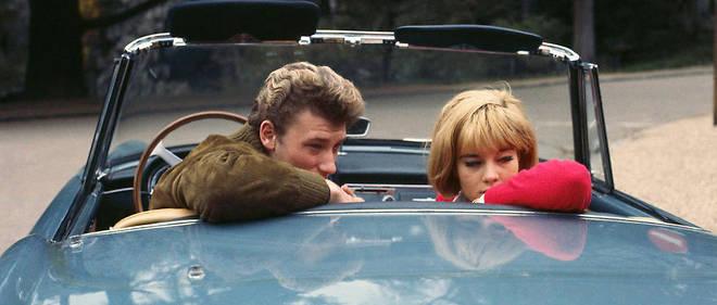 Johnny Hallyday et Sylvie Vartan dans la nouvelle Ferrari de l'idole des jeunes en 1963 : la consommation, l'excès, le refus de se ranger, l'aspiration à la réussite, tout se téléscope dans le yéyé.