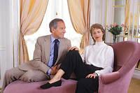 Conversation. Jean d'Ormesson avec l'actrice Charlotte Rampling sur le plateau d'Antenne 2 en septembre 1987. À la télévision, l'académicien était volontiers cabotin. ©Micheline PELLETIER/GAMMA-RAPHO