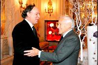Pape. Marc Lambron salue Jean d'Ormesson au Ritz, à Paris, en2006, alors que l'académicien vient d'être couronné «pape de la langue française» par le Château Pape Clément, l'un des grands crus du Bordelais. L'écrivain Marc Lambron a lui-même été élu àl'Académie française le26juin 2014. ©Bertrand Rindoff Petroff