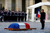 Emmanuel Macron devant le cercueil de Jean d'Ormesson. ©FRANCOIS MORI