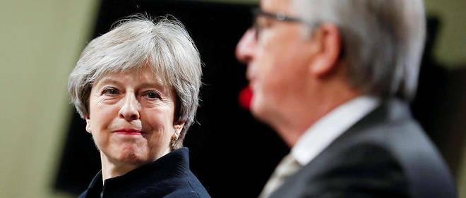La Première ministre britannique Theresa May et Jean-Claude Juncker, président de la Commission européenne, à Bruxelles, le 4 décembre 2017.