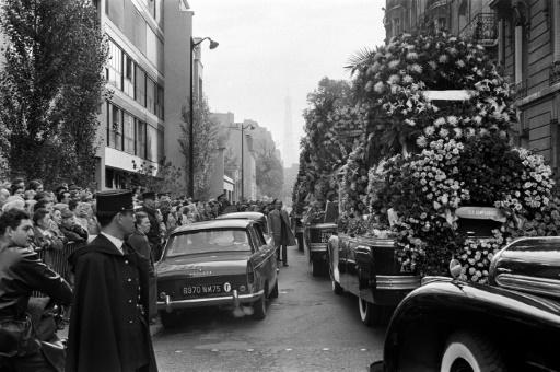 Une foule regarde passer le cortège de la chanteuse Edith Piaf, à Paris, le 14 octobre 1963 © - AFP/Archives