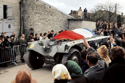 Le cercueil du général Charles de Gaulle recouvert du drapeau tricolore, passe sur un véhicule blindé, le 12 novembre 1970, dans le village de Colombey-Les Deux-Eglises © - AFP/Archives