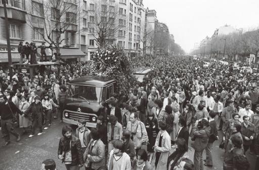 Des centaines de personnes accompagnent au cimetière Montparnasse, le 19 avril 1980 à Paris, le cercueil du philosophe et écrivain Jean-Paul Sartre © GEORGES BENDRIHEM AFP/Archives