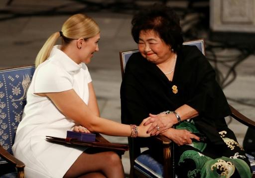 Beatrice Fihn (g), directrice de l'ICAN, et Setsuko Thurlow, survivante de la bombe d'Hiroshima, le 10 décembre 2017 à Oslo © Odd ANDERSEN AFP