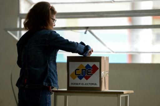 Dans un bureau de vote de Caracas, le 10 décembre 2017 © FEDERICO PARRA AFP