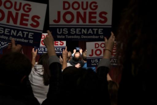 Des partisans du candidat démocrate au poste de sénateur, Doug Jones, lors d'un meeting à Birmingham, le 9 décembre 2017 en Alabama © JIM WATSON AFP