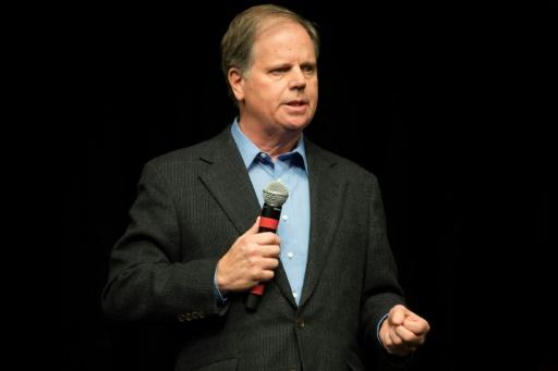Le candidat démocrate à un poste de sénateur, Doug Jones, lors d'un meeting le 9 décembre 2017 à Birmingham en Alabama © JIM WATSON AFP