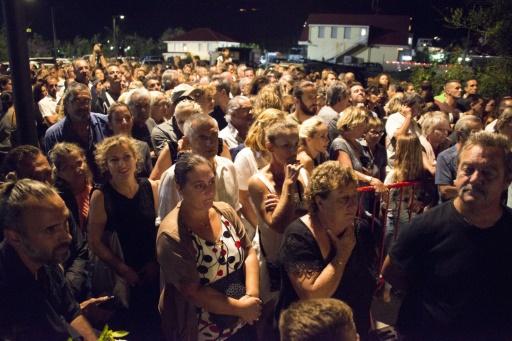 Des habitants de Saint-Barthélémy réunis pour la veillée en hommage à Johnny Hallyday, le 10 décembre 2017 © Helene Valenzuela AFP
