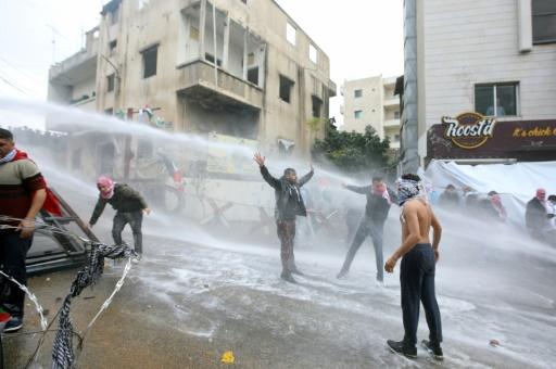 Les forces de sécurité  font usage de canons à eau pour disperser des manifestants pro-palestiniens près de l'ambassade américaine à Awkar, dans la périphérie nord de Beyrouth, le 10 décembre 2017  © ANWAR AMRO AFP