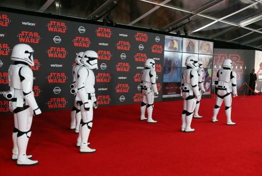 """Des personnages de Star Wars défilent pour l'avant-première du huitième épisode de la saga, """"Star Wars: Les Derniers Jedi"""", à Los Angeles le 9 décembre 2017 © JEAN-BAPTISTE LACROIX AFP"""
