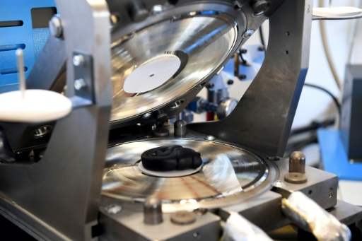 """Une des étapes dans la fabrication d'un disque en vinyle à la """"Manufacture de vinyles"""" à Lathuile, le 5 décembre 2017 © JEAN-PIERRE CLATOT AFP"""