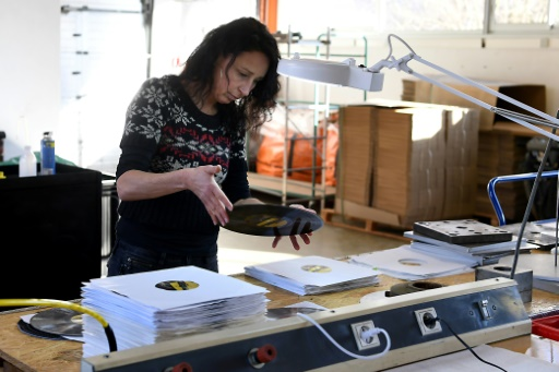 Emmanuelle Margueron contrôle la fabrication d'un disque en vinyle dans sa manufacture établie à Lathuile, le 5 décembre 2017 © JEAN-PIERRE CLATOT AFP