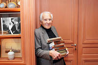 Jean d'Ormesson avec sa collection de Pléiade.  ©SANDRINE ROUDEIX