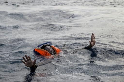 Un migrant risquant de se noyer en mer Méditerranée tente de monter à bord d'un bateau d'une ONG internationale, le 6 novembre 2017 © Alessio Paduano AFP/Archives