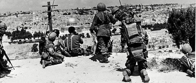 L'armée israélienne face à Jérusalem : le dôme du Rocher où se trouve la mosquée Al-Aqsa et, en contrebas, le mur des Lamentations juste avant l'assaut en juin 1967.