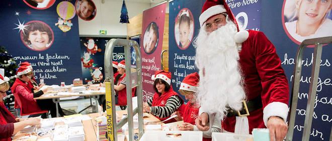 Au centre de tri de Libourne, le Père Noël est entouré d'assistants pour gérer le courrier.