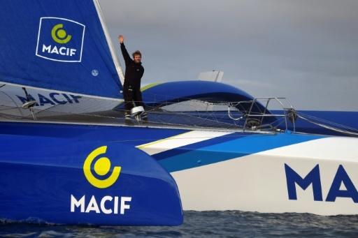 François Gabart à bord de son maxi-trimaran arrive à Brest le 17 décembre 2017 après avoir remporté la course du tour du monde en solitaire en 42 jours © Damien MEYER AFP