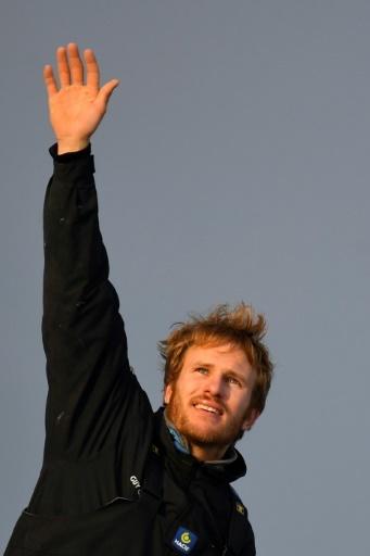 François Gabart salue le public venu l'accueillir à Brest le 17 décembre 2017 après avoir remporté la course du tour du monde en solitaire en 42 jours © Damien MEYER AFP