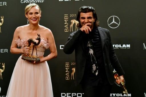 """L'actrice allemande Diane Kruger et le réalisateur Fatih Akin reçoivent un prix pour le  film """"in the Fade"""", à Berlin le 16 novembre 2017 © Tobias SCHWARZ AFP"""