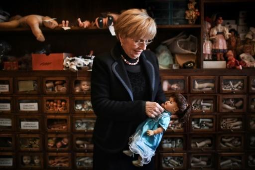 """Manuela Cutileiro, propriétaire de l'""""hôpital des poupées"""" de Lisbonne, avec l'un des jouets qui lui sont confiés pour réparation © PATRICIA DE MELO MOREIRA AFP"""