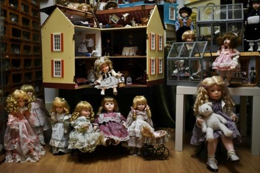 """L'""""hôpital des poupées"""" situé dans une échoppe du vieux Lisbonne restaure ces jouets avec soin et affection depuis le XIXème siècle © PATRICIA DE MELO MOREIRA AFP"""