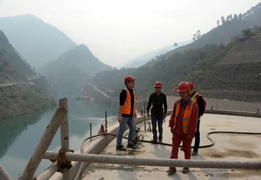 Des ingénieurs chinois travaillent avec les Pakistanais sur le chantier de la centrale hydroélectrique dans la vallée de Neelum (dans la région du Cachemire pakistanais), le 31 octobre 2017 © SAJJAD QAYYUM AFP