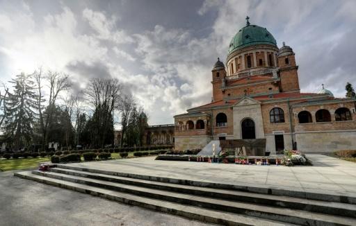 La tombe de l'ancien président croate Franjo Tudjman, le 14 décembre 2017, installée devant une église dans le cimetière de Zagreb © STR AFP