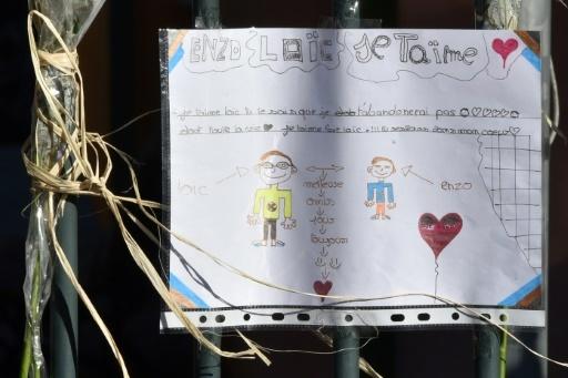 Un texte et dessin d'enfant en hommage aux victimes de l'accident de car, affiché devant la mairie de  Saint-Feliu-D'Avall, le 16 décembre 2017 © PASCAL PAVANI AFP