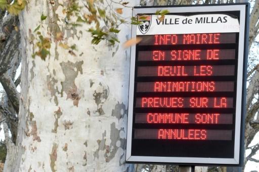 Affichage de la mairie de Millas, le 16 décembre 2017  pour informer de l'annulation de toutes les festivités de la ville après l'accident entre un autocar et un TER © PASCAL PAVANI AFP