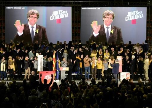 Le président catalan destitué Carles Puigdemont s'exprime depuis Bruxelles, par écran vidéo interposé, pendant un meeting électoral indépendantiste le 15 décembre à Barcelone  © JAVIER SORIANO AFP