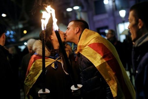 Un couple drapé dans des drapeaux catalans pendant une manifestation pro-indépendantiste à Barcelone, le 16 décembre © PAU BARRENA AFP