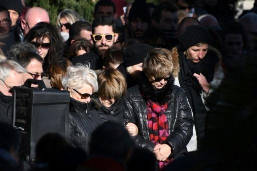Des personnes se recueillent devant la mairie de Saint-Féliu-d'Avall le 17 décembre 2017 © PASCAL PAVANI AFP