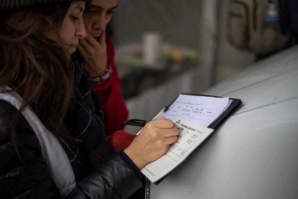 À leur arrivée à la clinique mobile de Médecins sans frontières, à Paris, les migrants sont enregistrés et orientés en fonction de leurs besoins médicaux. ©  Matthieu Tordeur / MSF