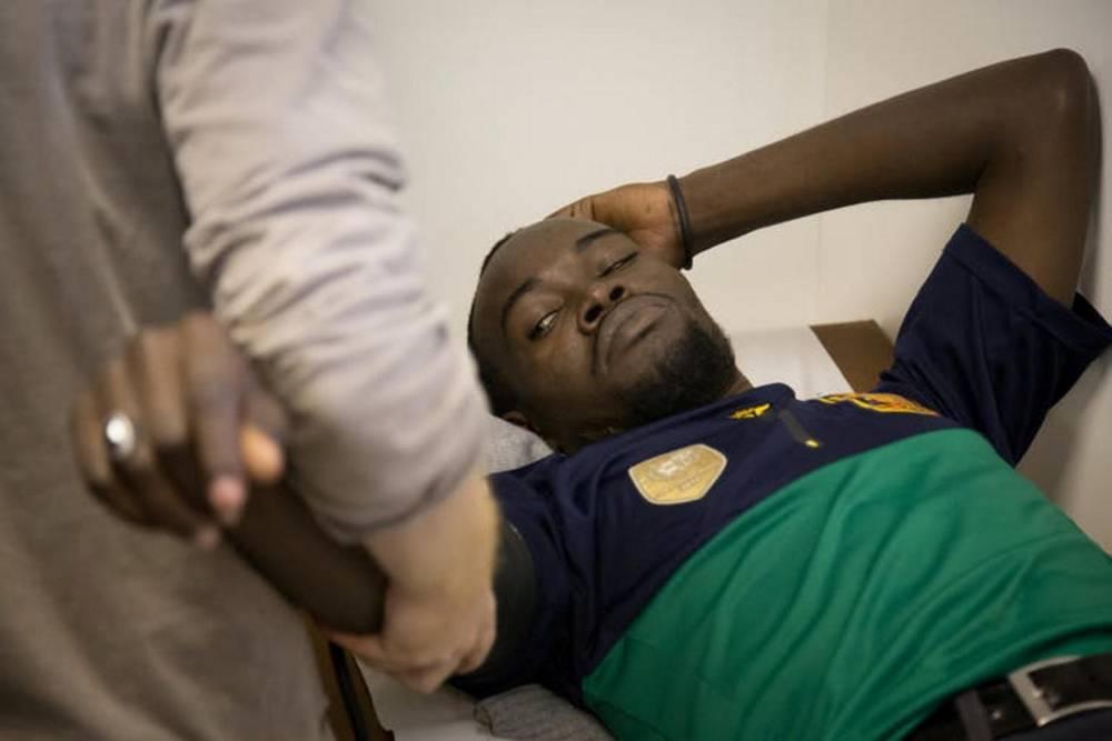 Consultation le 9 novembre 2017 dans une clinique mobile de Médecins sans frontières avec Bachir, un Soudanais de 29 ans arrivé depuis quelques jours à Paris. ©  Matthieu Tordeur / MSF