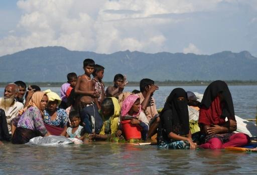 Des réfugiés rohingyas traversent sur un radeau de fortune le fleuve Naf pour arriver à Sabrang, au Bangladesh, le 11 novembre 2017 © Dibyangshu SARKAR AFP/Archives