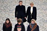 République des lettres. Le couple présidentiel, recueilli derrière la femme, la fille et la petite-fille de Jean d'Ormesson, vendredi 8décembre, dans la cour des Invalides, à Paris, lors de l'hommage à l'académicien, décédé le 5décembre.  ©Blondet Eliot/ABACA