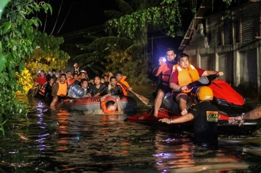 Évacuation de résidents à Davao, dans le sud des Philippines après une tempête tropicale, le 23 décembre 2017 © MANMAN DEJETO AFP