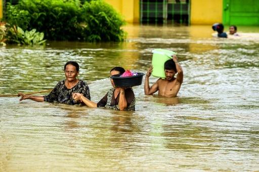 Des Philippins évacuent leurs habitations après le passage d'une tempête tropicale à Kabacan, dans le sud de l'île de Mindanao, le 23 décembre  2017 © FERDINANDH CABRERA AFP