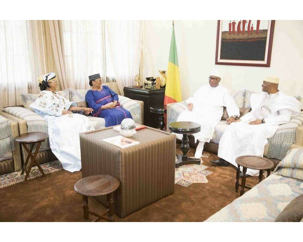 En compagnie de leurs épouses, le président Ibrahim Boubacar Keita et l'ex-président Amadou Toumani Touré dans les salons de la résidence présidentielle à Bamako le 24 décembre 2017. ©  AC