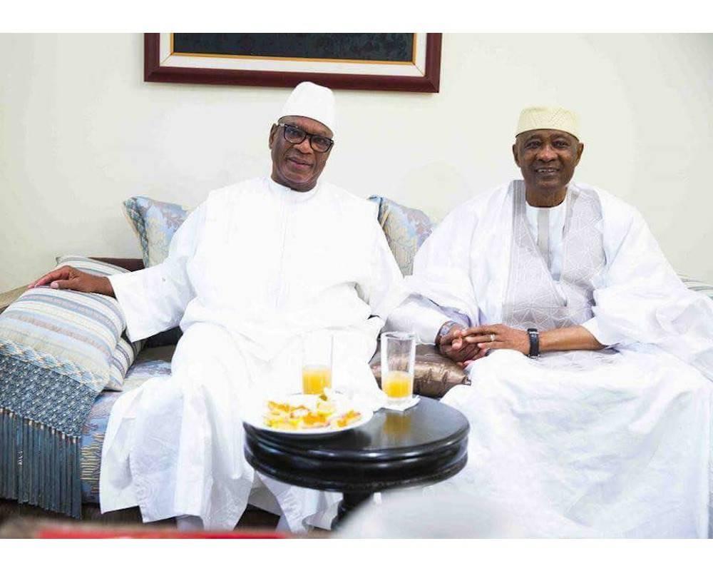 Dans les salons de sa résidence de Bamako, le président Ibrahim Boubacar Keita à côté de l'ex-président Amadou Toumani Touré de retour d'exil le 24 décembre 2017. ©  AC